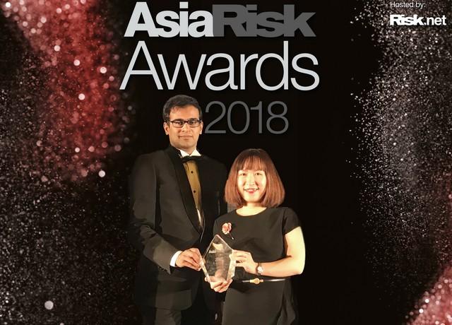 Bà Võ Diệu Thúy, Phó Giám đốc Ban Kinh doanh Vốn và Tiền tệ BIDV , đại diện BIDV nhận giải thưởng từ Aisa Risk