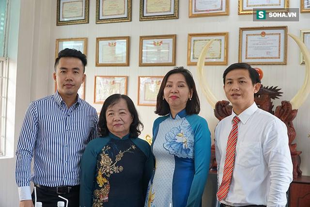 Thầy giáo dạy văn Hữu Vinh, phó hiệu trưởng Trần Thị Hạnh, hiệu trưởng Ngọc Trâm và thầy giáo chủ nhiệm Phan Lê Đại Cát.