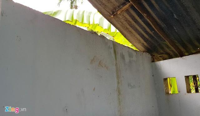 Kẽ hở trong nhà vệ sinh là nơi Thạch Đen tẩu thoát. Ảnh: Việt Tường.