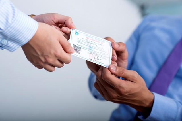 Khi khám, khách hàng xuất trình thẻ BHYT còn hạn sử dụng và giấy tờ tùy thân có ảnh.