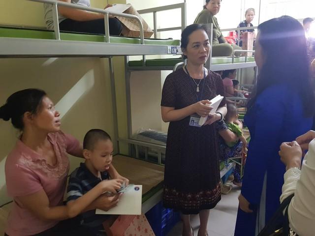 Bộ trưởng cũng động viên các gia đình ổn định tâm lý, yên tâm cùng con điều trị, với sự hỗ trợ của Bệnh viện Nhi Trung ương và cộng đồng xã hội.