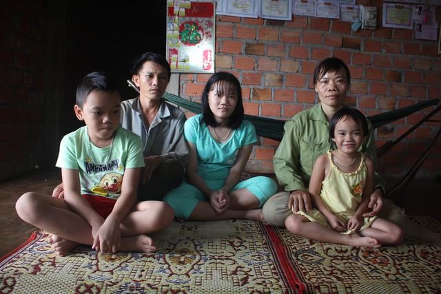 Gia đình anh Thanh chị Tuyết chật vật vẫn không thể lo đủ tiền chữa trị cho con. Ảnh: Đ.Huy
