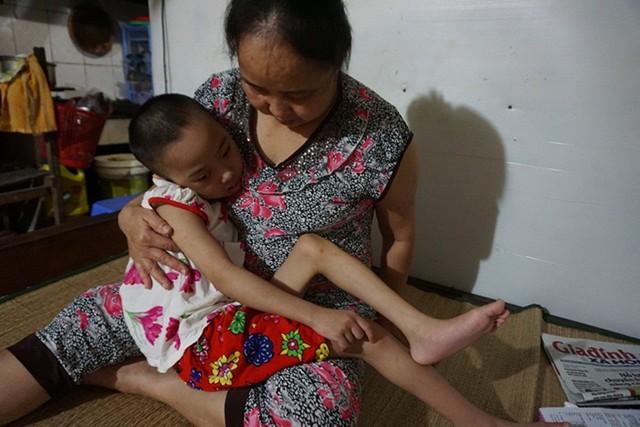 Cô Hường và bé Phúc Liên khi còn ở xóm trọ nhà ông Hiệp. Ảnh: N.Mai