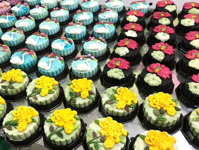 ... các loại bánh trung thu handmade với họa tiết trang trí hiện đại đang gây sốt thị trường bánh trung thu năm 2018