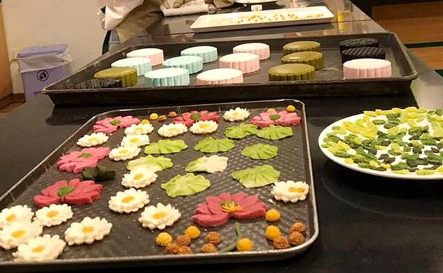 Theo chị Lê Ngọc Yến, một người làm bánh trung thu handmade ở quận Hai Bà Trưng (Hà Nội), các họa tiết hoa, lá, con vật,... trang trí trên bánh đều phải làm thủ công