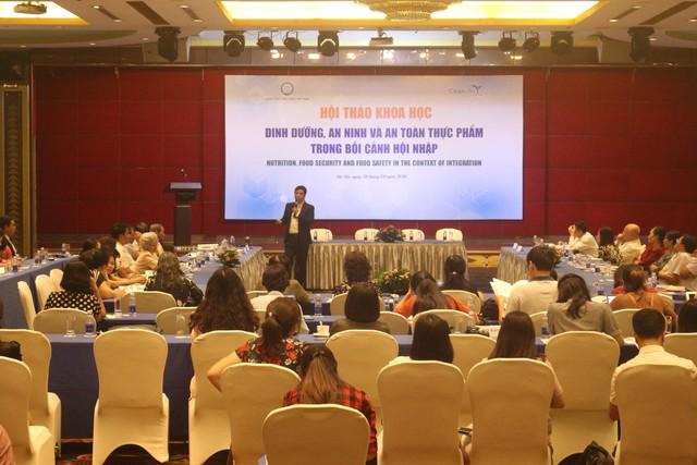 TS.BS Trương Hồng Sơn - Viện trưởng Viện Y học Ứng dụng Việt Nam phát biểu tại hội nghị. Ảnh PV