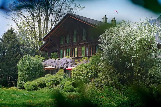 Ngôi nhà gỗ được xây trên triền núi, nơi mà mọi người khi sống trong nhà có thể ngắm trọn cảnh đẹp lãng mạn xanh tươi bên ngoài.
