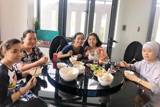 Hai diễn viên cùng mọi người dùng cơm trưa tại nhà Ốc Thanh Vân.