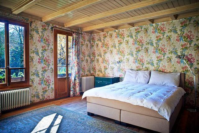 Phòng ngủ với chút cách điệu nhẹ nhàng từ sắc màu. Chọn lựa giấy dán tường với họa tiết hoa văn để tăng thêm vẻ đẹp mềm mại và dịu dàng. Không gian nghỉ ngơi ấm cúng và lãng mạn nhờ có khung cửa sổ rộng mở đón nắng và gió.