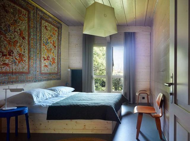 Bức tường đầu giường được trang trí với họa tiết độc đáo, cho căn phòng đẹp nổi bật và cá tính.