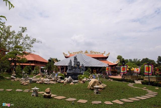 Tiểu cảnh xung quanh nhà thờ được chăm sóc kỹ lưỡng. Đền thờ Tâm linh Việt được hoàn thành từ năm 2016 trên diện tích hơn 7.000 m2.