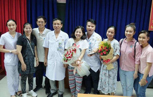 Mai Phương chụp ảnh cùng các y bác sĩ vào ngày xuất viện đầu tháng 9.