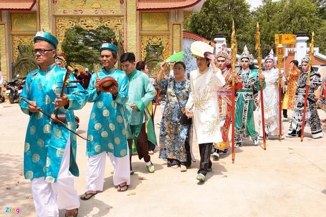Lễ dâng hương Tổ nghề luôn được Hoài Linh tổ chức trang trọng, linh đình. Hàng năm, lễ giỗ Tổ tại nhà thờ không chỉ có nhiều nghệ sĩ mà thu hút số lượng lớn khán giả đến dự.
