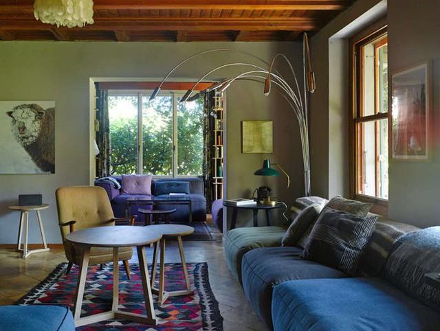 Những chiếc sofa đơn được kê vuông góc, đặt cạnh khung cửa sổ đủ để ai ngồi cũng có thể ngắm trọn vẹn vẻ đẹp của thiên nhiên bên ngoài.