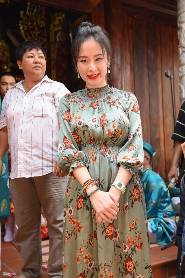 Angela Phương Trinh diện đầm hoa đi giỗ Tổ. Thời gian qua cô khá im ắng, chưa nhận dự án phim mới.