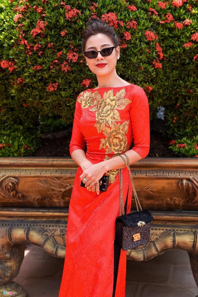 Nam Thư nổi bật khi diện áo dài đỏ. Trước đó, cô đã đến phụ giúp Hoài Linh dọn dẹp nhà thờ Tổ.