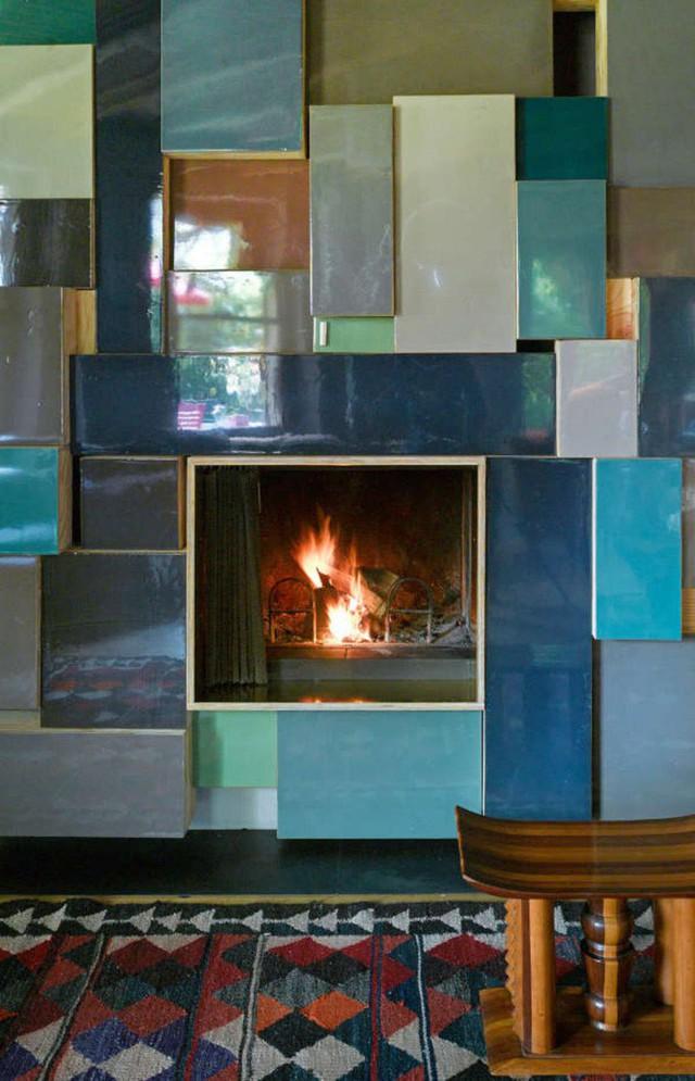 Lò sưởi cũng được trang trí khá cầu kỳ và nghệ thuật với những mảnh ghép tường nhiều màu sắc bên ngoài.
