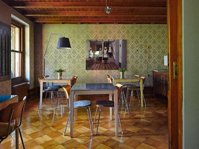 Không gian ăn uống được bố trí khá ấn tượng với bàn và ghế tách biệt giống như một cửa hàng ăn, đủ để mọi người có thể thoải mái dùng bữa theo cách của mình.