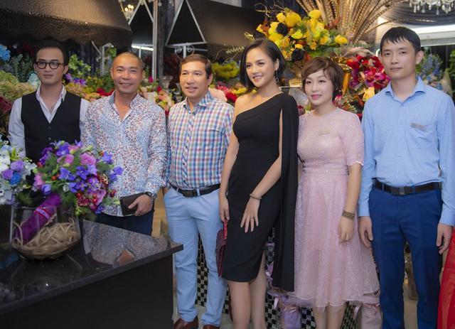 Nghệ sĩ hài Quang Thắng (thứ ba từ trái sang) cũng đến dự event và chụp hình kỷ niệm với các đồng nghiệp.