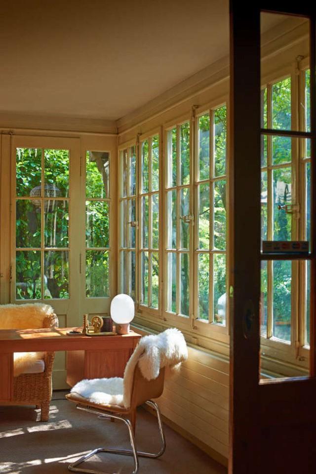 Góc làm việc ai cũng mơ ước với những khung cửa gỗ lắp đặt kính giúp ánh sáng đủ tràn ngập vào căn phòng, đủ để tận hưởng những điều tuyệt vời nhất từ thiên nhiên bên ngoài.
