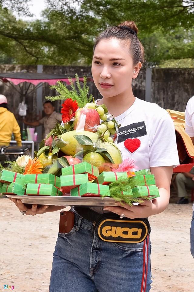 Người mẫu Quỳnh Thư chuẩn bị mâm quả cầu kỳ dâng lên Tổ nghề.