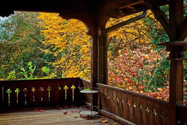 Góc sân thượng đẹp lãng mạn với lan can và sàn gỗ.