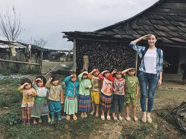 """Hoa hậu Đỗ Mỹ Linh với dự án """"Cõng điện lên bản"""" gây xúc động ở Miss World 2017. Ảnh: TL"""