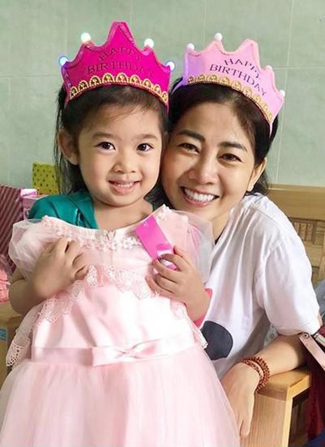 Ngoài học phí được hỗ trợ 100% đến hết năm học lớp 12, con gái Mai Phương còn được mở sổ tiết kiệm riêng để chuẩn bị cho tương lai.