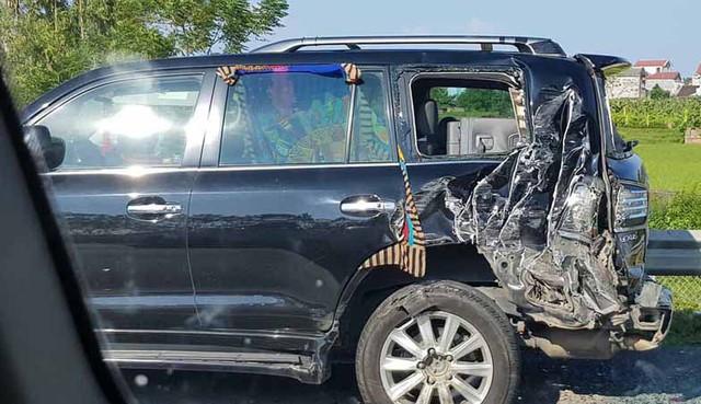 Phần đuôi xe Lexus bị đâm nát