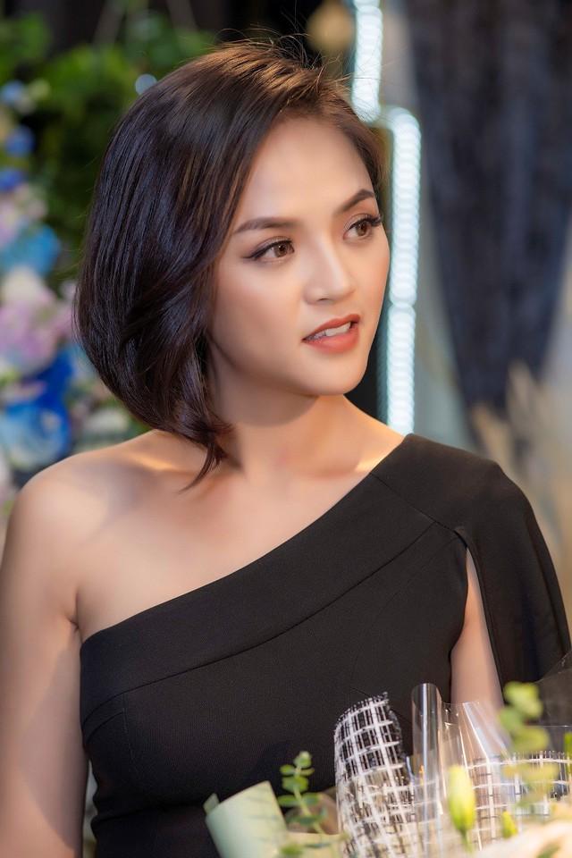 Thu Quỳnh cho biết để mua được xế hộp cô đã phải tiết kiệm trong gần 10 năm làm nghề.