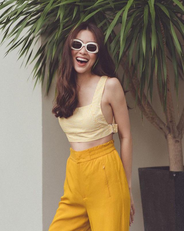 Dạo gần đây Hà Tăng lăng xê tông vàng hot nhất mùa hè này nhưng không nhẹ nhàng e ấp với những chiếc váy kín đáo mà trẻ trung hơn với áo crop- top khoe eo con kiến.