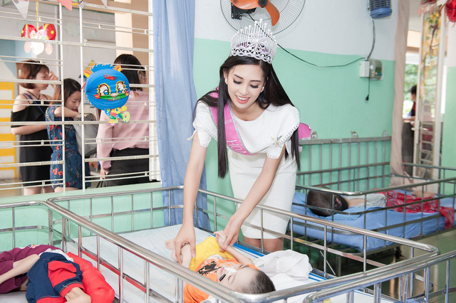 Tân Hoa hậu Việt Nam 2018 ghi điểm ở tấm lòng nhân ái