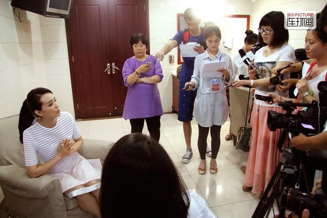 """Vương Diễm ở tuổi 44, không nổi tiếng như xưa nhưng là quý bà giàu có. May mắn chỉ đến với cô khi được mời vào vai Tịnh Nhi trong Hoàn Châu cách cách 2. Dù là vai phụ nhưng nhờ sự thành công vang đội của phim, các diễn viên tham gia đều thành sao hạng A.  Những bộ phim đáng chú ý khác của Vương Diễm còn có Võ lâm ngoại sử, Thiếu niên Trương Tam Phong, Hoàn Châu cách cách 3, Tứ đại danh bổ. Nữ diễn viên được ca ngợi hợp với hình tượng cổ trang bởi vẻ đẹp tú lệ, dịu dàng.  Nhưng Vương Diễm không quan tâm tới sự nghiệp. Theo Sina, nữ diễn viên nảy sinh tình cảm với doanh nhân hơn 11 tuổi tên Vương Chí Tài ngay khi vừa tốt nghiệp đại học. Vương Chí Tài từng ly hôn và có con riêng. Doanh nhân này giàu có nhưng cũng có tính đa nghi. Khi đến với Vương Diễm, Vương Chí Tài chỉ xác định đây là chuyện vui vẻ nhất thời.     Vương Diễm thỉnh thoảng tham gia vài vai nhỏ trên màn ảnh.   Hai người tiến một bước dài trong tình cảm sau khủng hoảng tài chính châu Á năm 1997. Giai đoạn đó, Vương Chí Tài gặp nhiều sóng gió về công việc. Vương Diễm luôn ở bên động viên. Năm 2000, Vương Chí Tài chính thức kết hôn với Vương Diễm.  Với vai vế vợ trùm bất động sản Bắc Kinh, Vương Diễm một bước trở thành phu nhân. Theo báo Hồ Nhuận, Vương Chí Tài sở hữu nhiều khối bất động sản lớn tại Bắc Kinh. Tài sản của ông ước tính hơn tỷ USD.  """"Vương Diễm sống ở biệt thự mang tên Vương Phủ Tỉnh thế kỷ, có tầm nhìn thẳng về phía Tử Cấm Thành. Biệt thự này giống như hoàng cung thu nhỏ. Toàn bộ kiến trúc trong biệt thự đều do những kiến trúc sư hàng đầu Trung Quốc thiết kế. Thường ngày, cô di chuyển bằng Rolls-Royce thay vì đi bộ mua đồ. Mẹ chồng Vương Diễm là hoàng tộc Thanh triều, quan hệ hai mẹ con rất tốt"""", Baidu cho hay.  Người trong giới đến thăm nhà Vương Diễm từng phải thốt lên: """"Cuộc sống đời thực của Vương Diễm giống hệt Tịnh Nhi cách cách ở Tử Cấm Thành trên phim"""".  Trong lần trò chuyện với báo chí, Vương Diễm vui vẻ kể về sự giàu có: """"Tôi từng đọc tin đồn được tặng nhẫn kim cương và vài chiếc xe"""