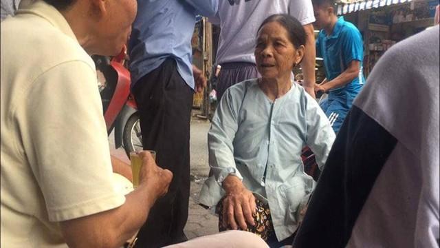 Người phụ nữ tên Trinh tự nhận là mẹ của hai nạn nhân. Ảnh: Nguyễn Thắng.