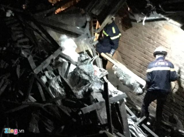 Thi thể nạn nhân được cơ quan chức năng đưa ra khỏi hiện trường vụ cháy. Ảnh: Trần Anh