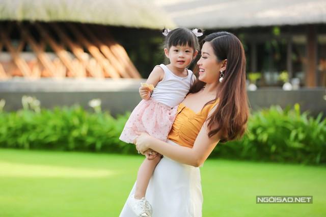 Diễm Trang tâm sự Julia rất hiếu động, tò mò và thích bắt chước mẹ. Mỗi khi Diễm Trang trang điểm để ra ngoài, cô bé luôn muốn làm giống hệt.