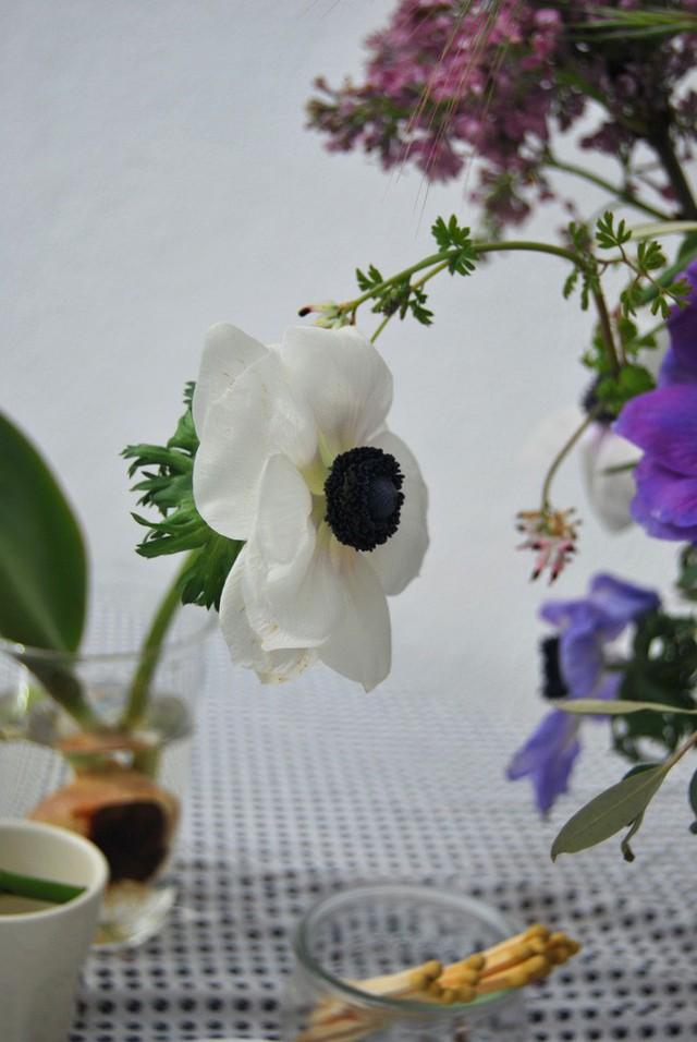 Bạn có thể tìm ý tưởng để cắm hoa thật tự nhiên.