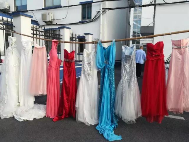 Toàn bộ số váy cưới đều lấy từ nhà của chị Vương.