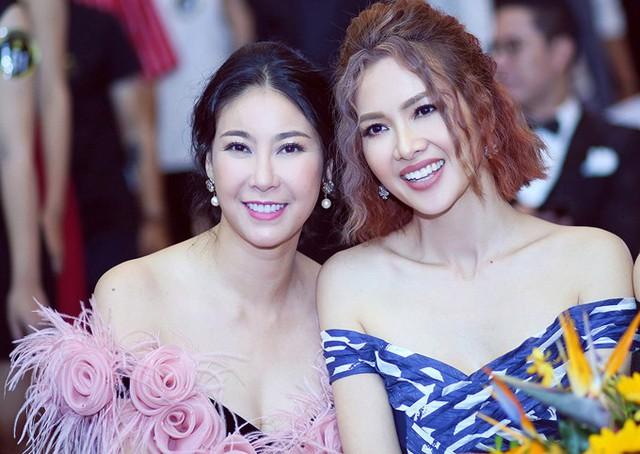 Hà Kiều Anh và Anh Thư đọ vai trần, chụp ảnh kỷ niệm nhân dịp hội ngộ.
