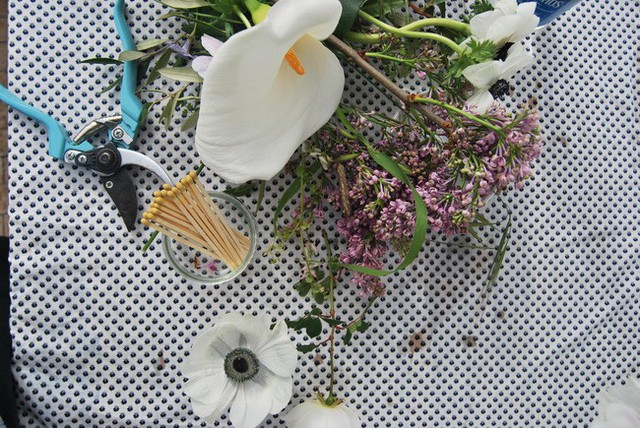 Tiếp đó, bạn nên vệ sinh bình sạch sẽ và lần lượt cắm những loài hoa mà mình yêu thích. Cách đơn giản nhất là bạn nên cắt các loại hoa theo chiều dài nhất định. Sau đó điểm tô bằng lá và cỏ.