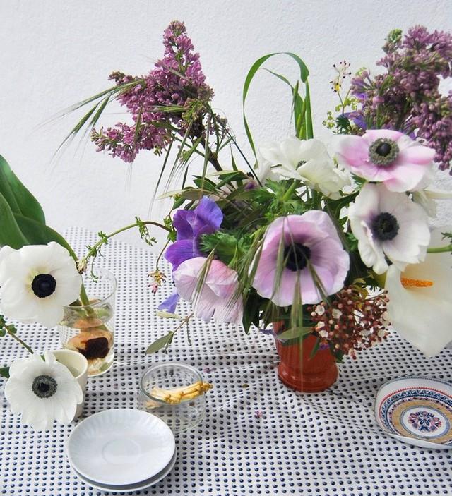 Bình hoa đẹp làm điệu cho bàn ăn.