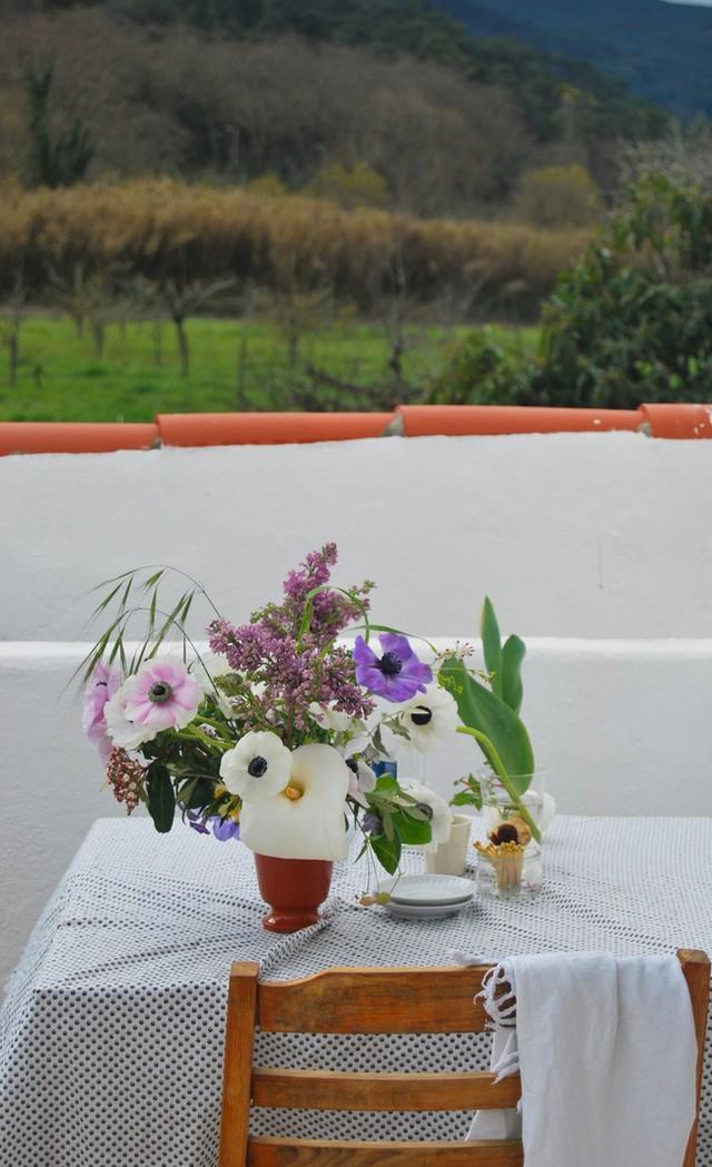 Những chiếc bình thủy tinh hay bình gốm sứ với kiểu dáng đơn giản sẽ giúp vườn hoa trên bàn trở thành điểm nhấn đặc biệt dành tặng tổ ấm của gia đình bạn.
