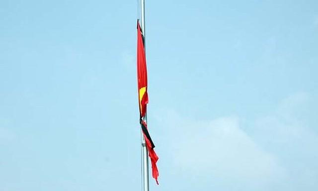Treo cờ rủ có dải băng đen trong lễ Quốc tang