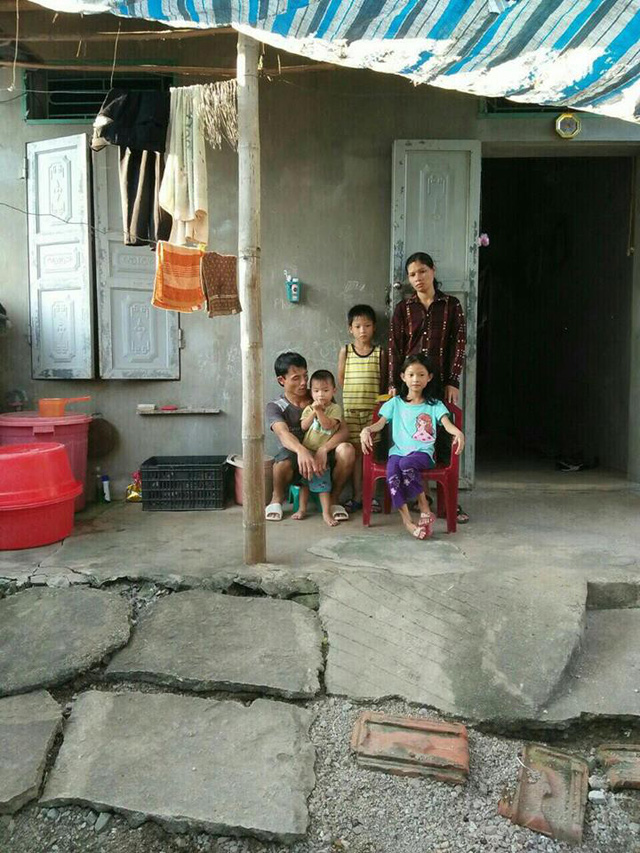 Vợ chồng chị Tươi cùng các con bên căn nhà tuềnh toàng