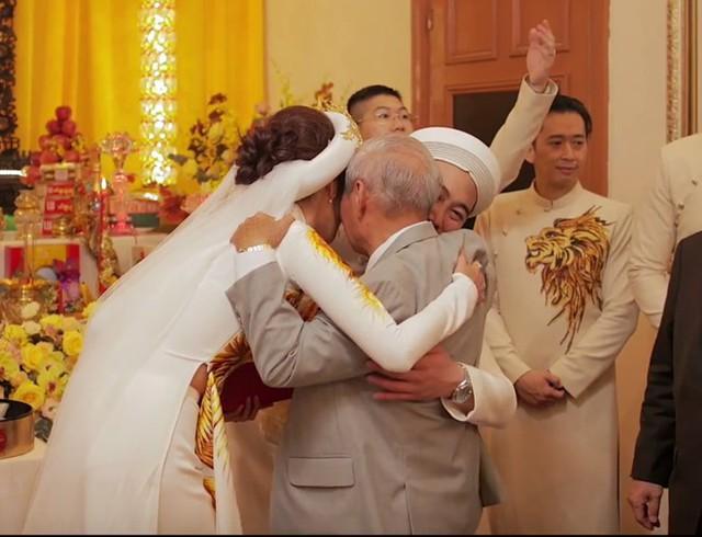 Cô dâu, chú rể khóc khi nhận được lời dặn dò và chúc phúc từ bậc trưởng bối.