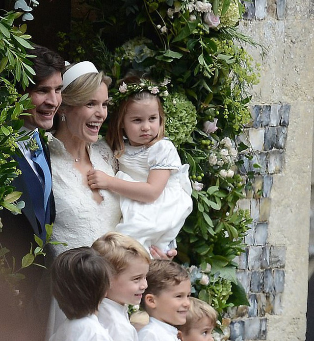 Công chúa Charlotte được mẹ nuôi Sophie bế sau hôn lễ ở nhà thờ St Andrew, hạt Norfolk, hôm 22/9. Ảnh: Twitter.
