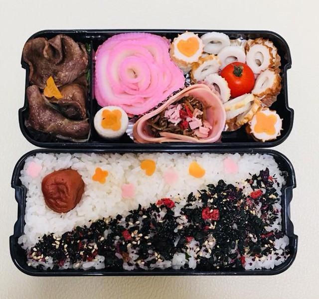 Thương chồng đi làm vất vả, chị Hải Yến, 28 tuổi, sống ở tỉnh Hyōgo, động viên anh bằng cách làm những hộp cơm trưa ngon, đẹp mắt. Mỗi ngày trước khi ra khỏi nhà, ông xã người Nhật của chị ăn bữa sáng do vợ nấu rồi vui vẻ xách cơm bento đi làm. Anh nói với chị Yến rằng: chỉ mong đến trưa để mở hộp và xem điều bất ngờ được dành tặng hôm nay là gì.