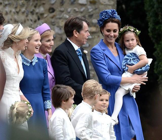Kate được cho là mặc lại váy cũ để không quá nổi bật so với cô dâu khi tham dự hôn lễ ở nhà thờ St Andrew chiều 22/9. Ảnh: Twitter.
