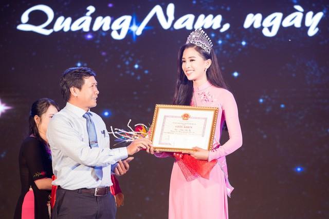 Cô được lãnh đạo tỉnh Quảng Nam trao tặng Bằng khen