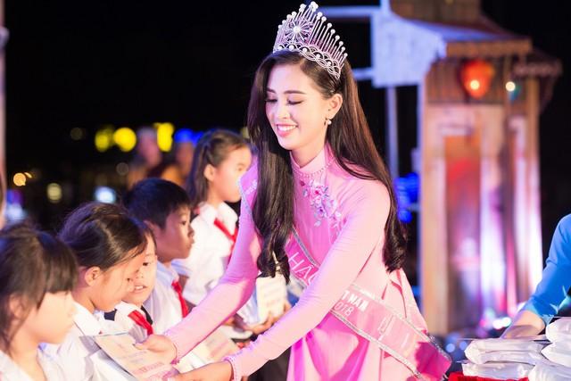 Các em nhỏ nhận quà từ Hoa hậu Việt Nam 2018